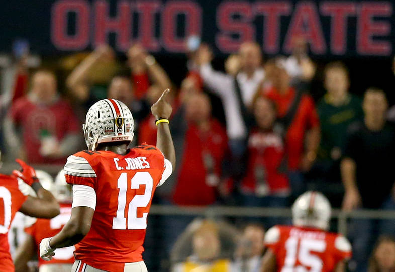 <p>Cardale Jones prepares for the snap.</p>