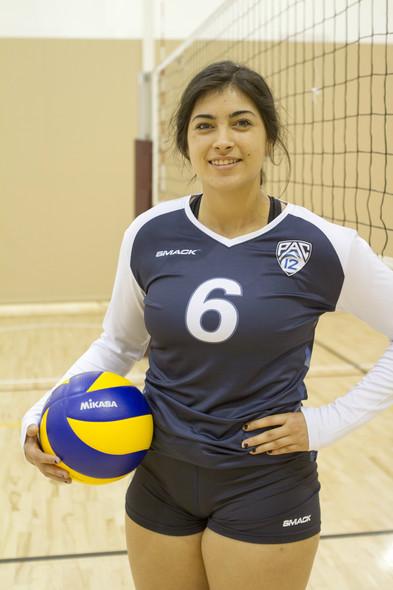 <p>Oregon freshman Amanda Benson stood out in her navy blue libero jersey Sunday at USC.</p>