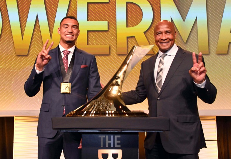 Michael Norman and USC Athletic Director Lynn Swann pose for a photo after the sprinter captured 2018's The Bowerman Award, given annually to the top male and female collegiate track & field athletes.