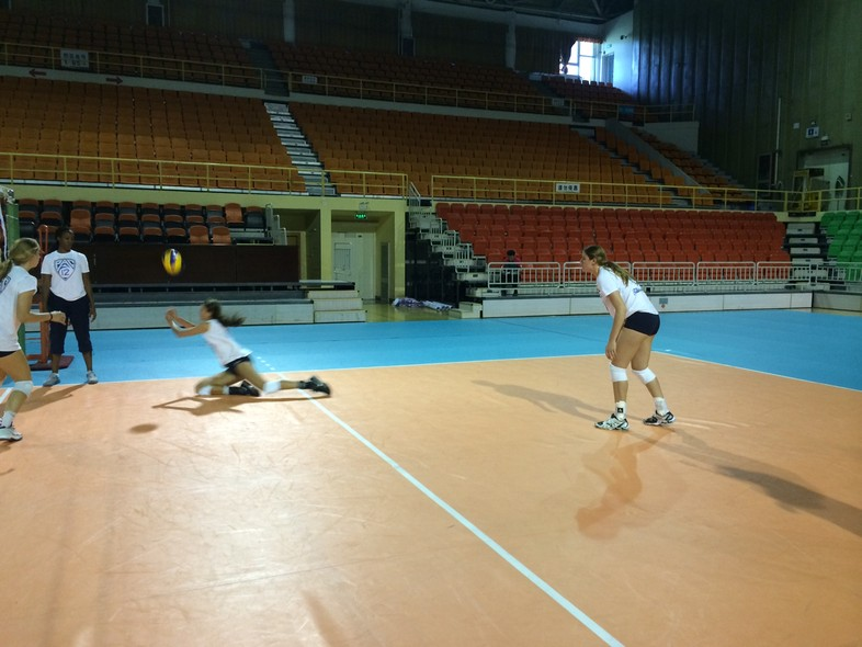 <p>WSU's Emmy Allen comes up with a nice dig during Monday's practice in Beijing.</p>