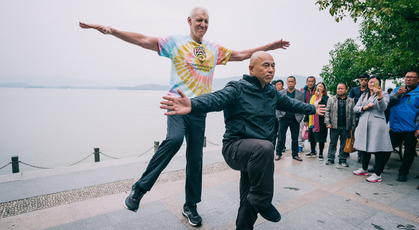 Pac-12 Networks' Bill Walton tries Tai Chi, bikes through Hangzhou