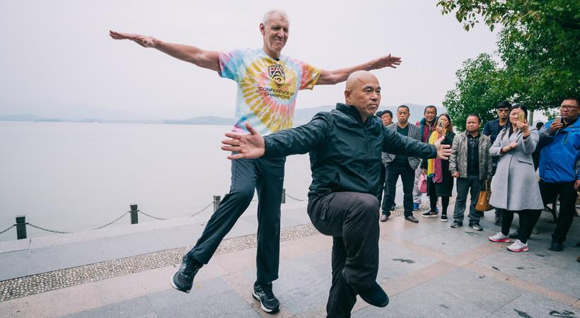 Pac-12 Networks' Bill Walton tries Tai Chi, bikes through Hangzhou