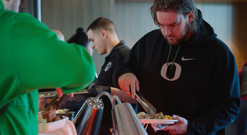 Oregon football gathers for Thanksgiving meal