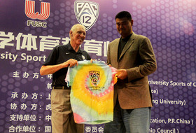Pac-12 Networks' Bill Walton bonds with former NBA star Yao Ming