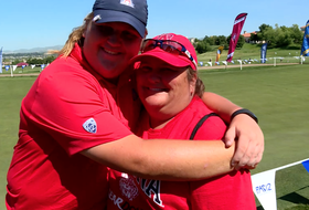 Arizona's Haley Moore gets surprised by mom, sets school Pac-12 women's golf championship record