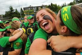 Oregon softball advances to Women's College World Series, UCLA takes Game 1 win