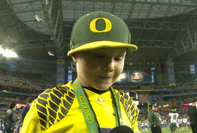 De'Anthony Thomas makes a young Oregon fan's day
