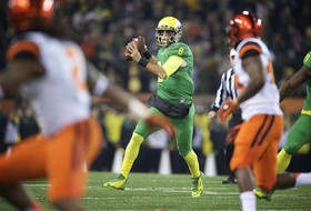 Civil War 2014: Marcus Mariota scores six times, literally flies over Beavers