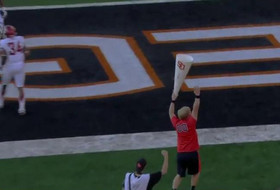 Oregon State cheerleader makes the catch